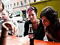 En cola, som disse gæster på en restaurant får serveret, vil fortsat være tilladt. Det er først når størrelsen når ca. 0,4 liter, at det bliver kriminelt.