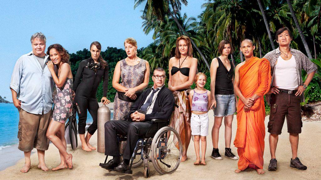 """Ensemblet bag tv-serien """"30 grader i februar"""", der ud over en række svenske skuespillere også tæller tre thailændere. Foto: SVT"""